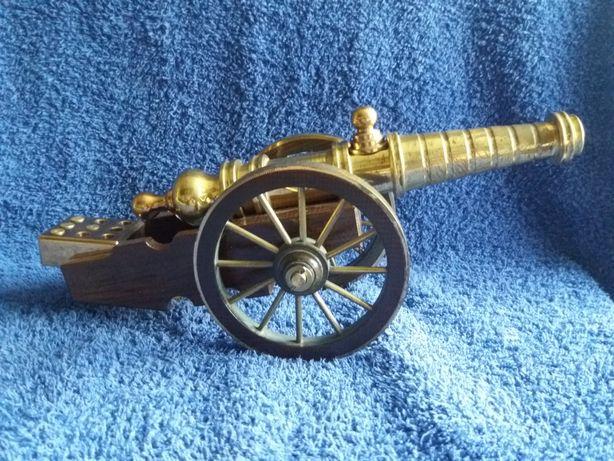 Пушка декоративная, сувенирная, салютная, стреляет капсулем жевело.
