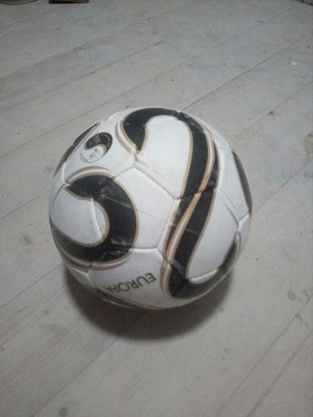 Мяч футбольний,волейбольний.