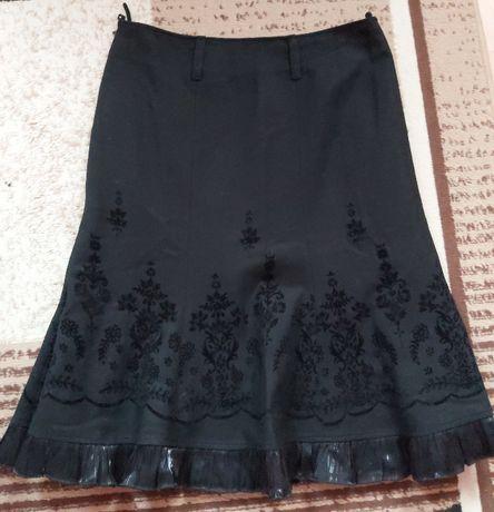 Ęlegancka czarna haftowana spódnica na Święta r.44