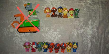 Psi patrol figurki z biedronki i smyka, maskotka Rocky, kartki