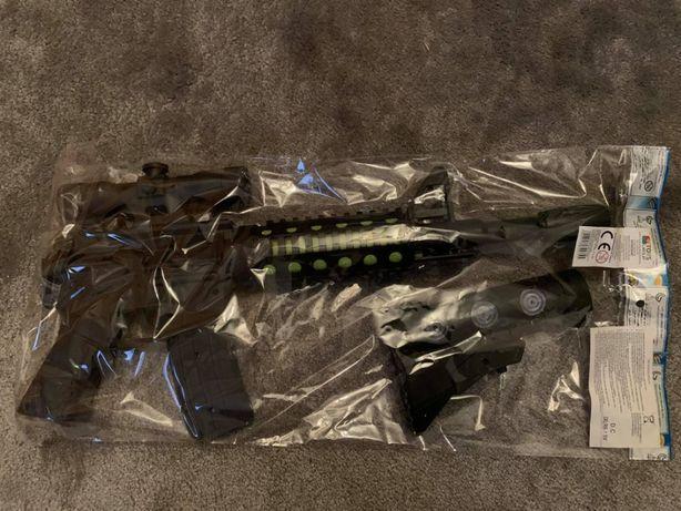 pistolet grający świecący