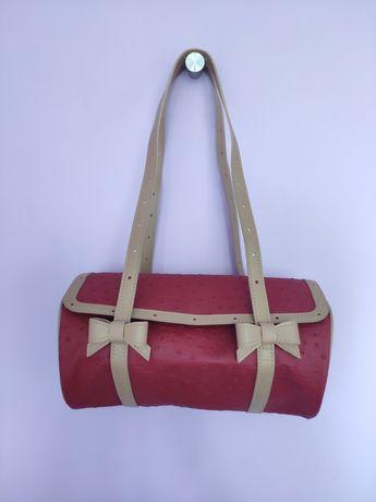 Czerwona torebka z kokardkami