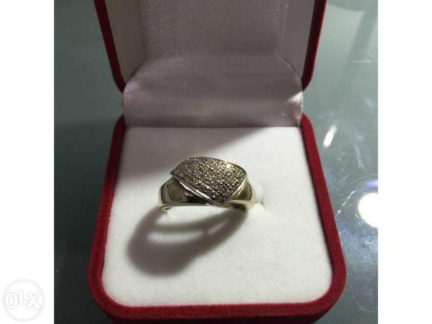 Anel em Ouro branco de lei 800 ou 19,2kt, cravejado com pedras finas