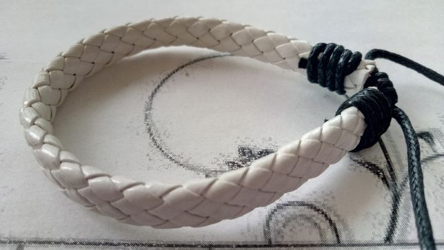 плетеный белый браслет