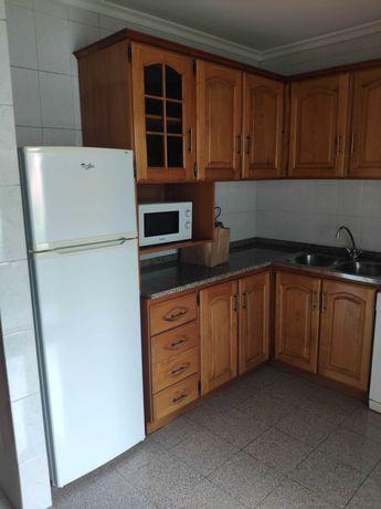 Cozinha completa em madeira e equipamentos em bom estado