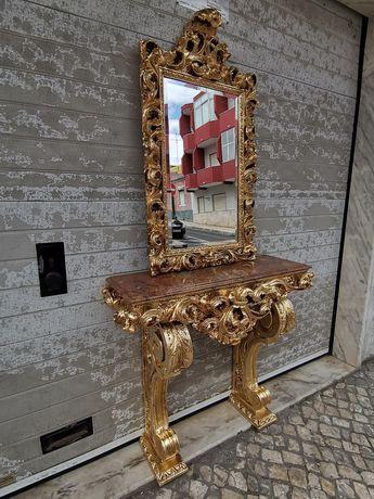 Credencia dourada com espelho biselado em talha dourada