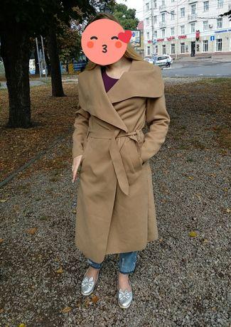 Бежевое пальто        свободного                                  кроя