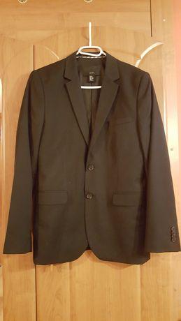 Elegancki czarny garnitur dla nastolatka
