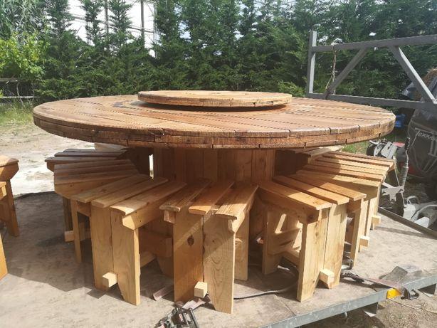 Mesa rústica com bancos de madeira reutilizada