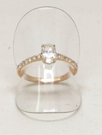Różowe złoto. Złoty pierścionek zaręczynowy z brylantami.