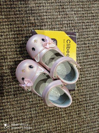 Милі туфельки для дівчинки