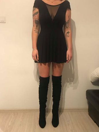 Czarna sukienka z pięknym wycięciem na dekolcie