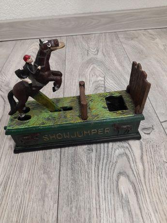 Skarbonka mechaniczną skakaczacy przez przeszkody koń