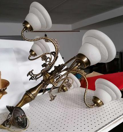Candeeiro com cinco saídas de lâmpadas.