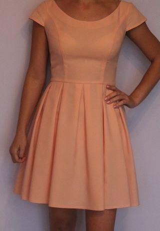 piękna sukienka na wesele rozkloszowana brzoskwiniowa