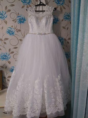 Весільна біла сукня