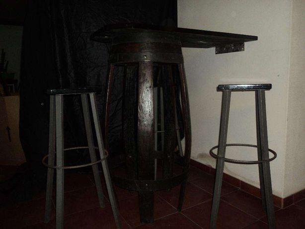 mobiliário para bar - mesa rústica em forma de pipo e bancos altos