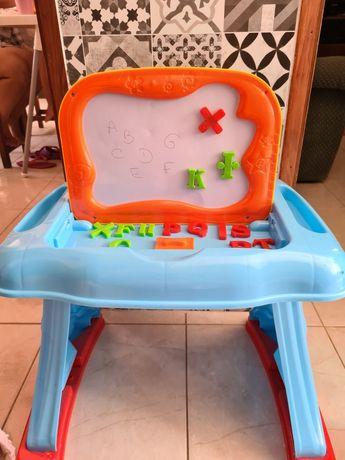 Mesa de atividades para crianças