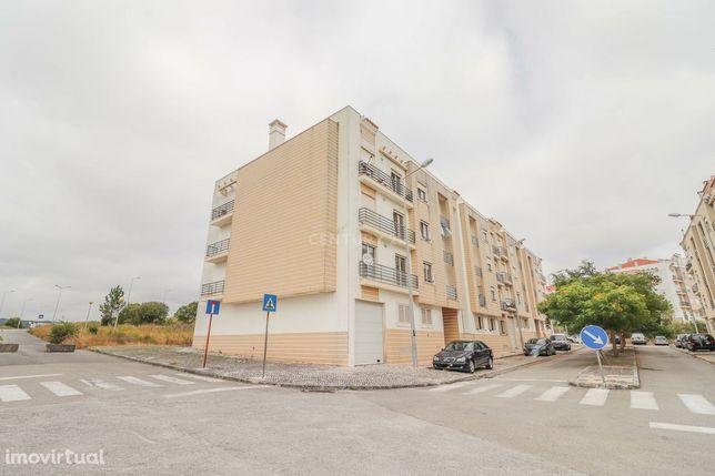 Apartamento T2 com arrumo e lugar de garagem na Quinta do Grou - Tavar