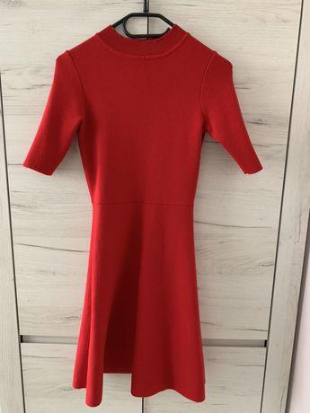 Sukienka czerwona sweterkowa z golfem ORSAY
