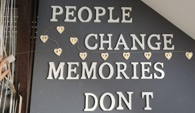 "Drewniany napis ""People Change Memories Don t"" + lampki + guma"