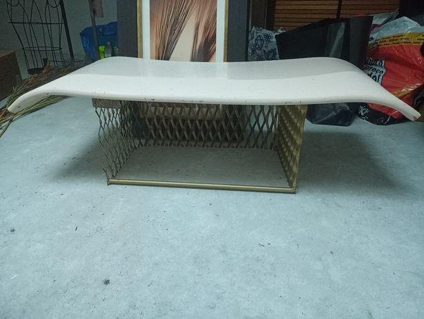 Mesa de cerâmica artesanal com base em metal dourado