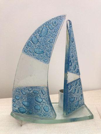 Castiçal decorativo com forma de velas de barco em vidro