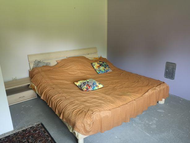 Łóżko małżeńskie z materacami i zagłówkiem
