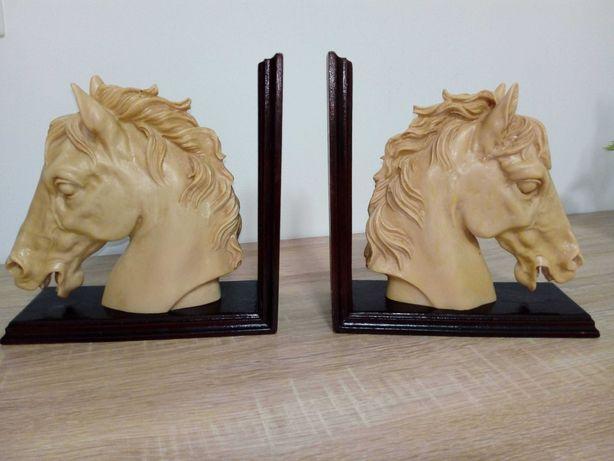 Cerra Livros com cabeças de cavalos, em pedra e base de madeira