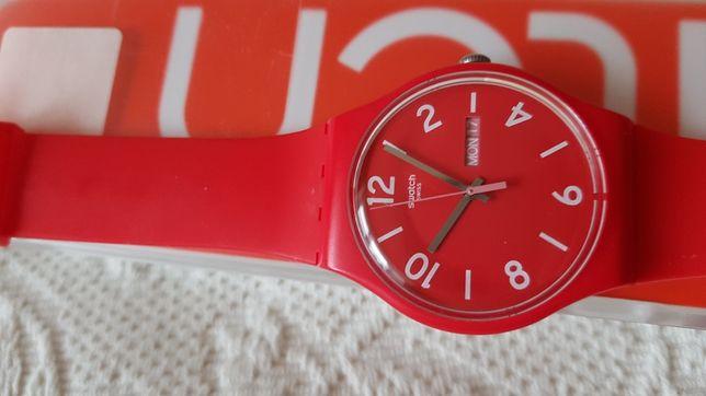 Часы Swatch ярко-красного цвета.