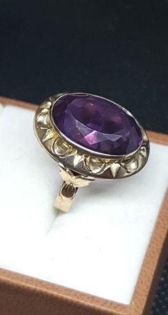 Pierścionek z fioletowym kamieniem