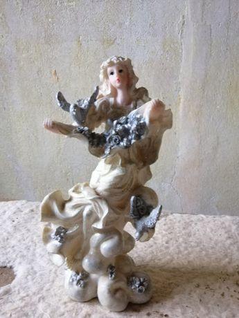 Статуэтка пластик девушка с голубями