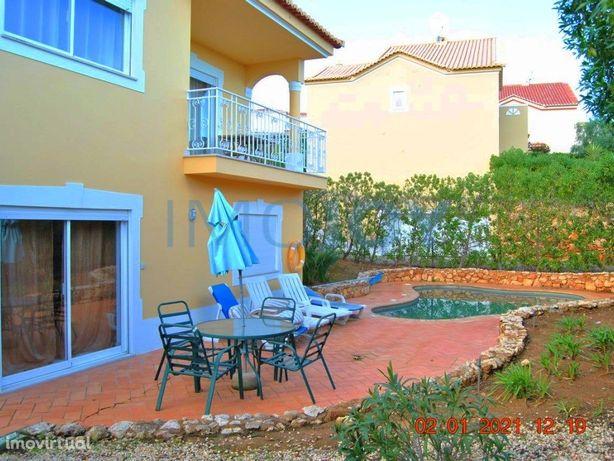 Moradia V5 com Jardim e Piscina em Condomínio