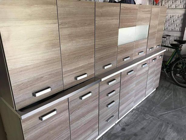 Meble kuchenne (zlew, bateria, blaty) drewniany front.