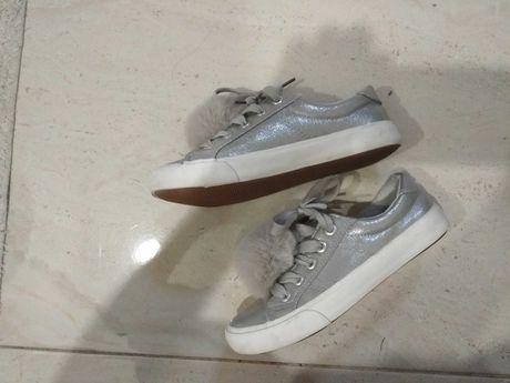 Buty dziewczynka do szkoły CCC srebrne brokatowe, pompon  33