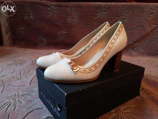 Новые белые туфли