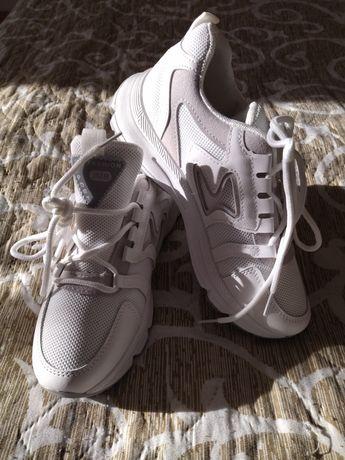 Абсолютно нові кросівки