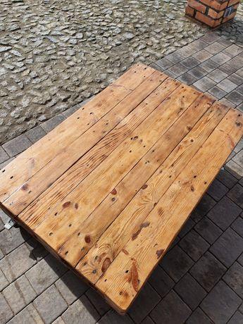 Stół z palet na kółkach