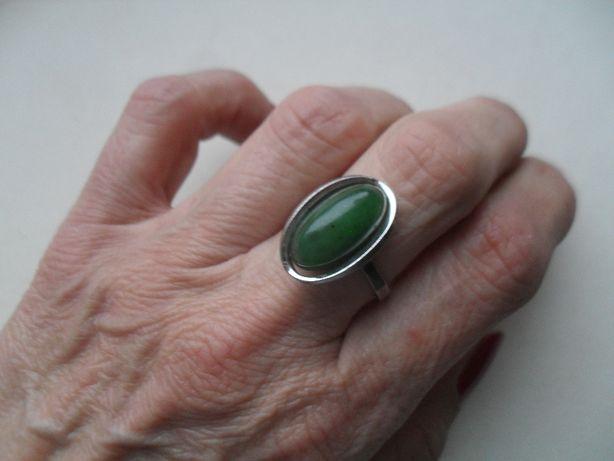 Stary srebrny pierścionek z nefrytem - ładny kształt