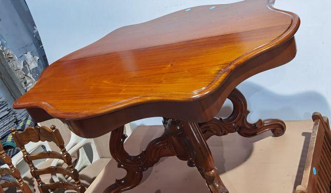Stolik dębowy rzeźbiony