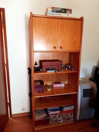 armário com prateleiras