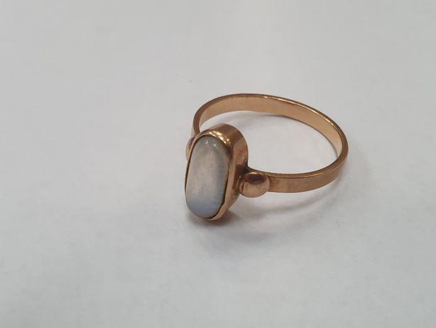 Piękny złoty pierścionek damski/ Polskie 585/ 3.04 gr/ Ciekawy kamień