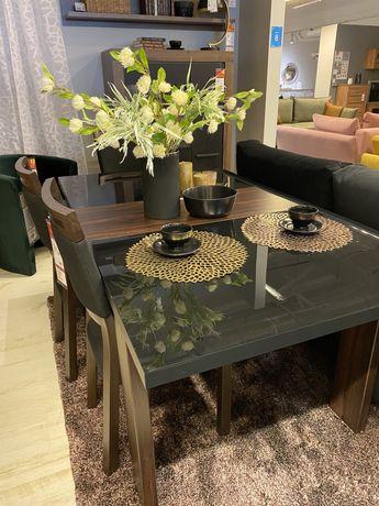 Stół do jadalni, czarne szkło połączone z drewnem.