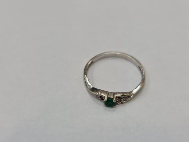 Delikatny złoty pierścionek/ 585/ Brylanty + Szmaragd/ 1.36 gram/ R12