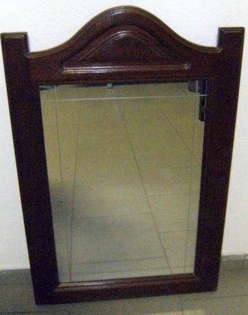 Espelho com moldura em madeira