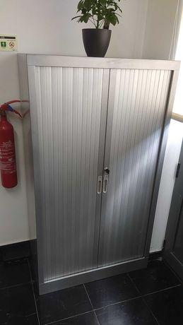 Móvel de escritório alto, com portas e prateleiras