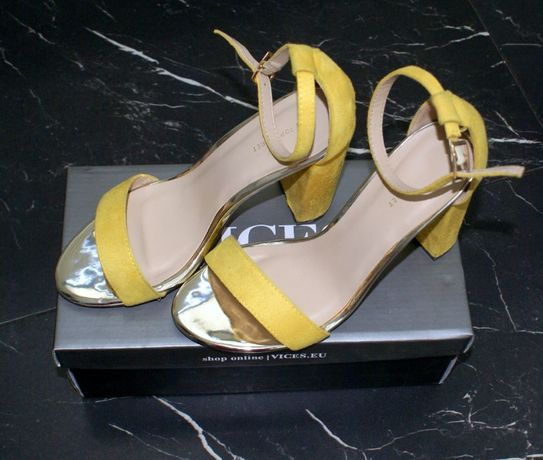 Zamszowe sandały Top Secret na słupku żółte