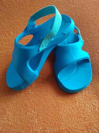Sandały basenowe dla malucha. Kolor laurowy. Nabaiji/Decathlon r.22-23