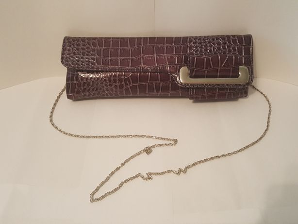 TOREBKA kopertówka lakierowana, długa, na łańcuszku, tłoczenie croco