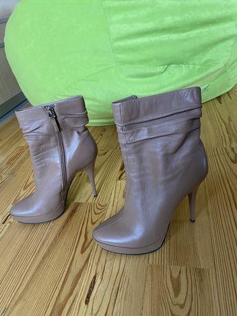 Ботинки на высоком каблуке.